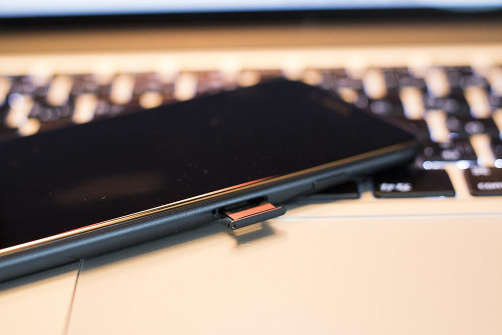 iPhoneのSIMトレイを開ける