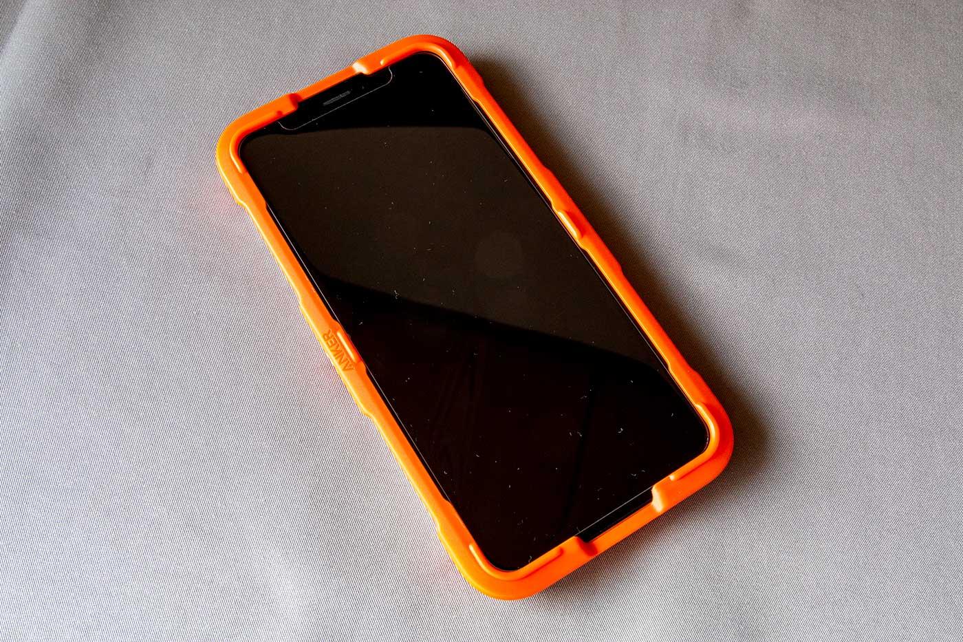 Anker GlassGuard iPhoneのガイド枠をiPhoneにはめる