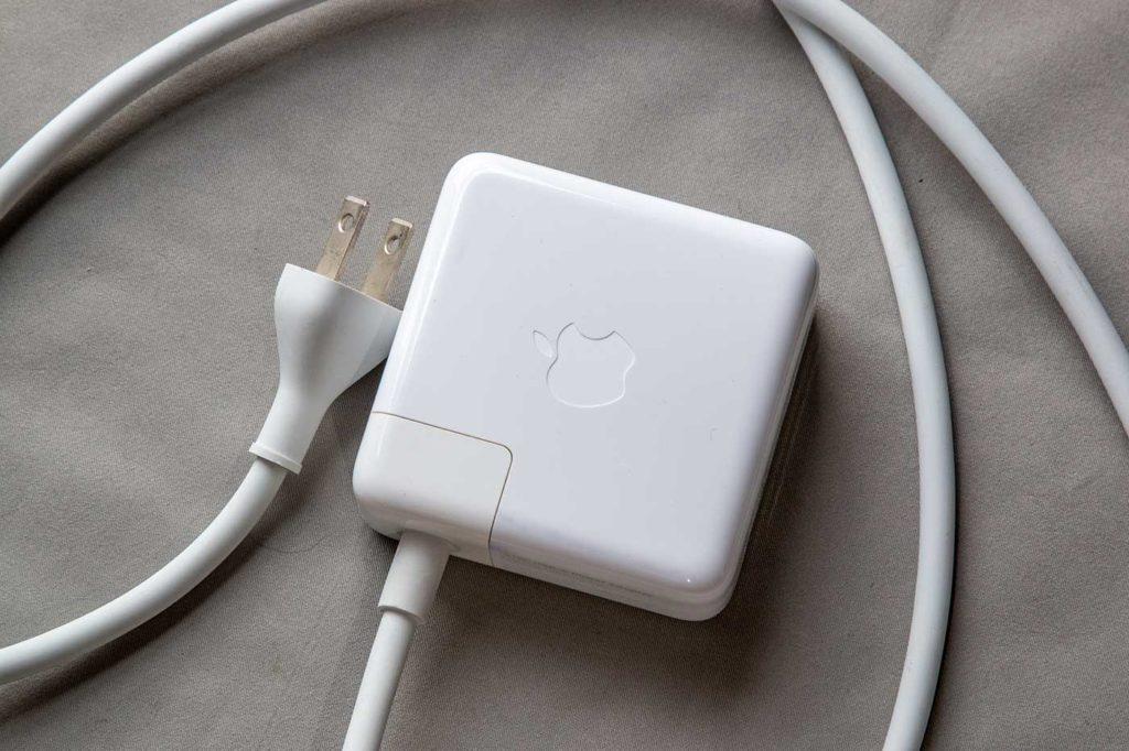 MacBookの電源アダプタと延長ケーブル