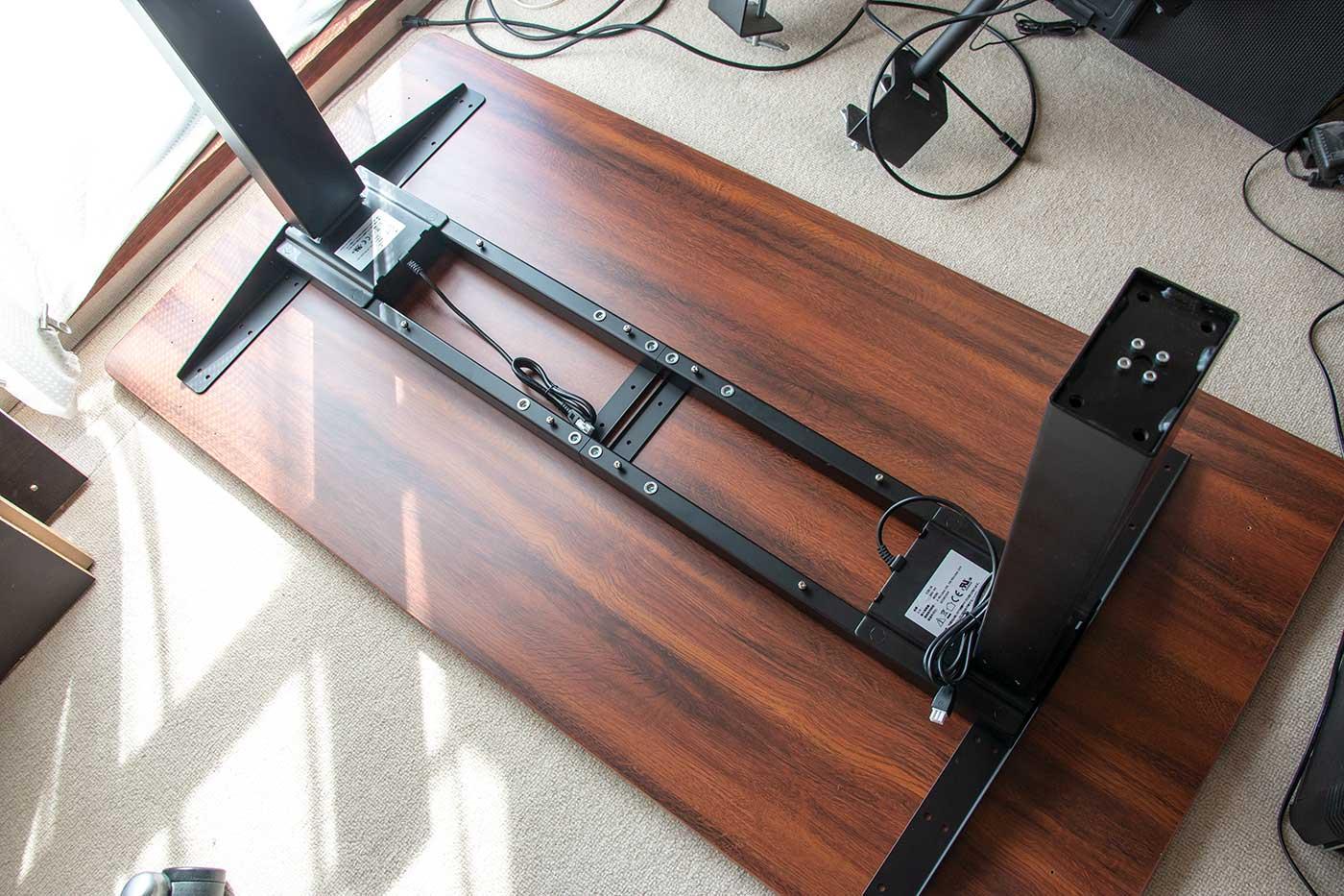 自動昇降スタンディングデスクを組み立てているところ