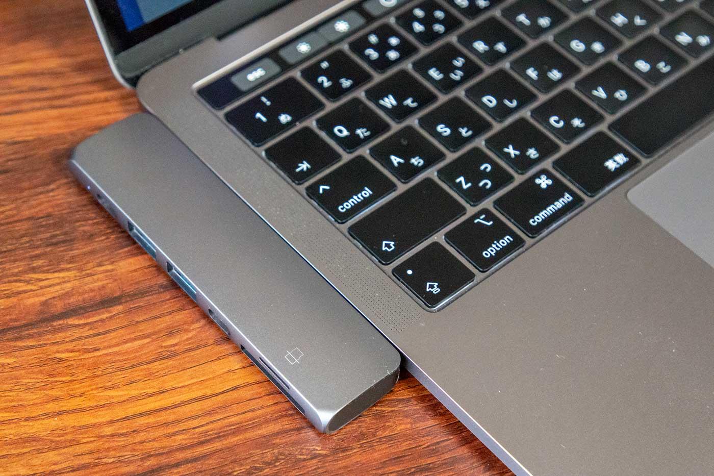 SatechiのUSB-CハブとMacBookProを接続
