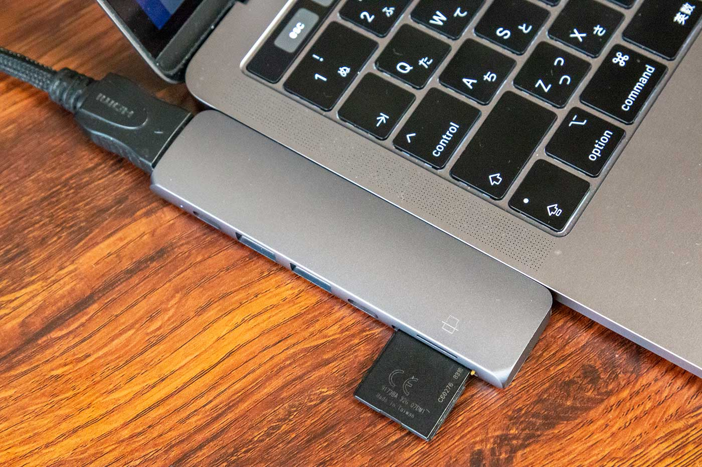 SatechiのUSB-CハブをMacBookProの左側に接続