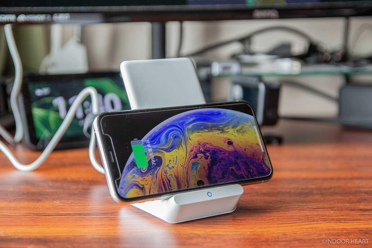 Anker「PowerWave 7.5」にiPhoneを横向きに置く