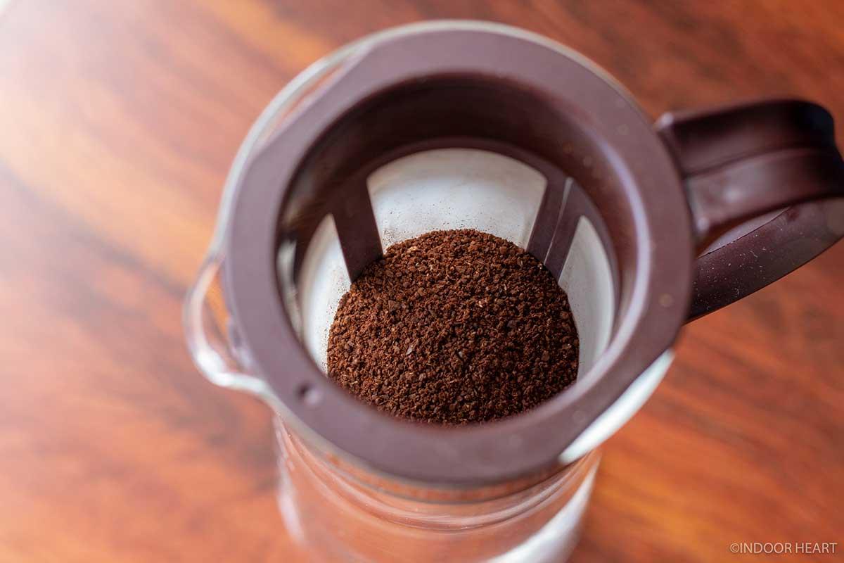 水出しコーヒーポットにコーヒー粉を入れる