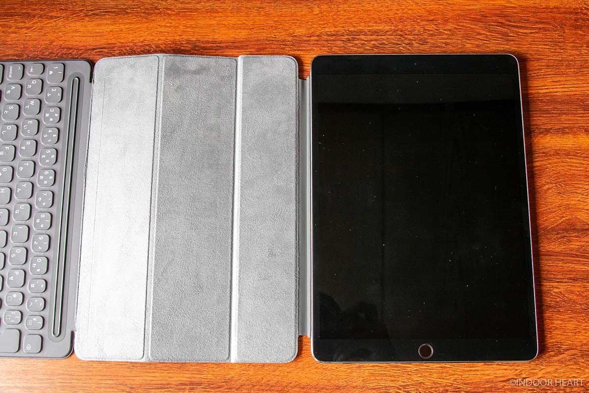 iPadの左側にスマートキーボードを装着