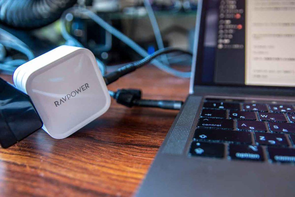 RAVPower急速充電器でMacBookProを充電