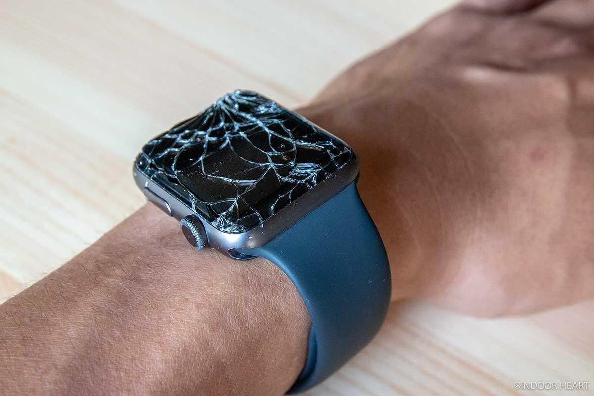 割れたApple Watchを装着