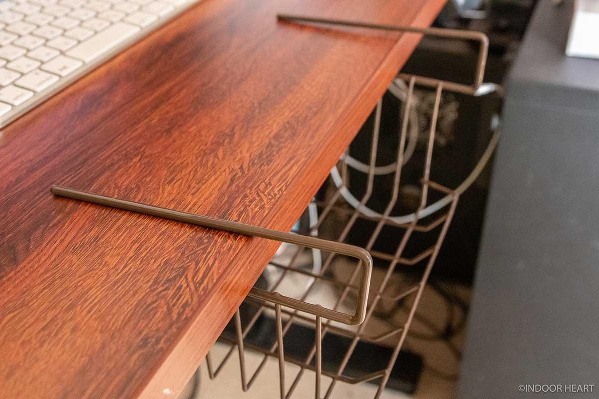 机にカゴをひっかける