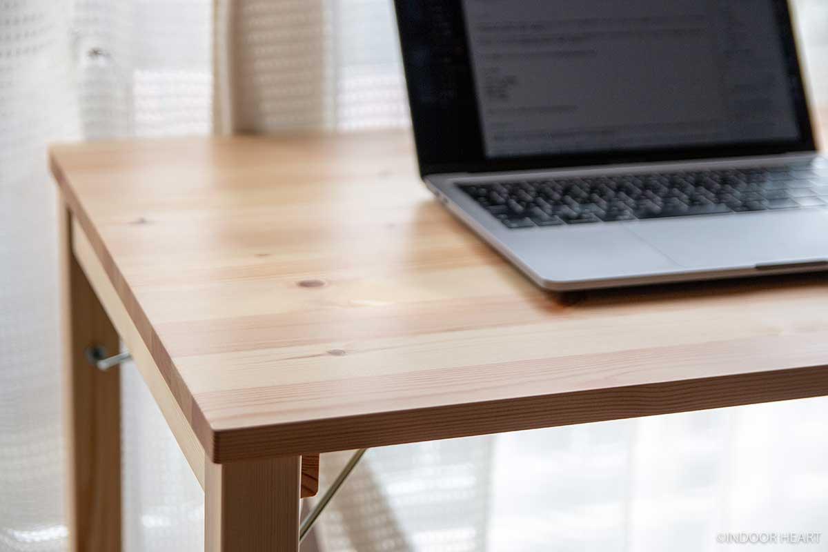 無印良品のパイン材テーブルとMacBook