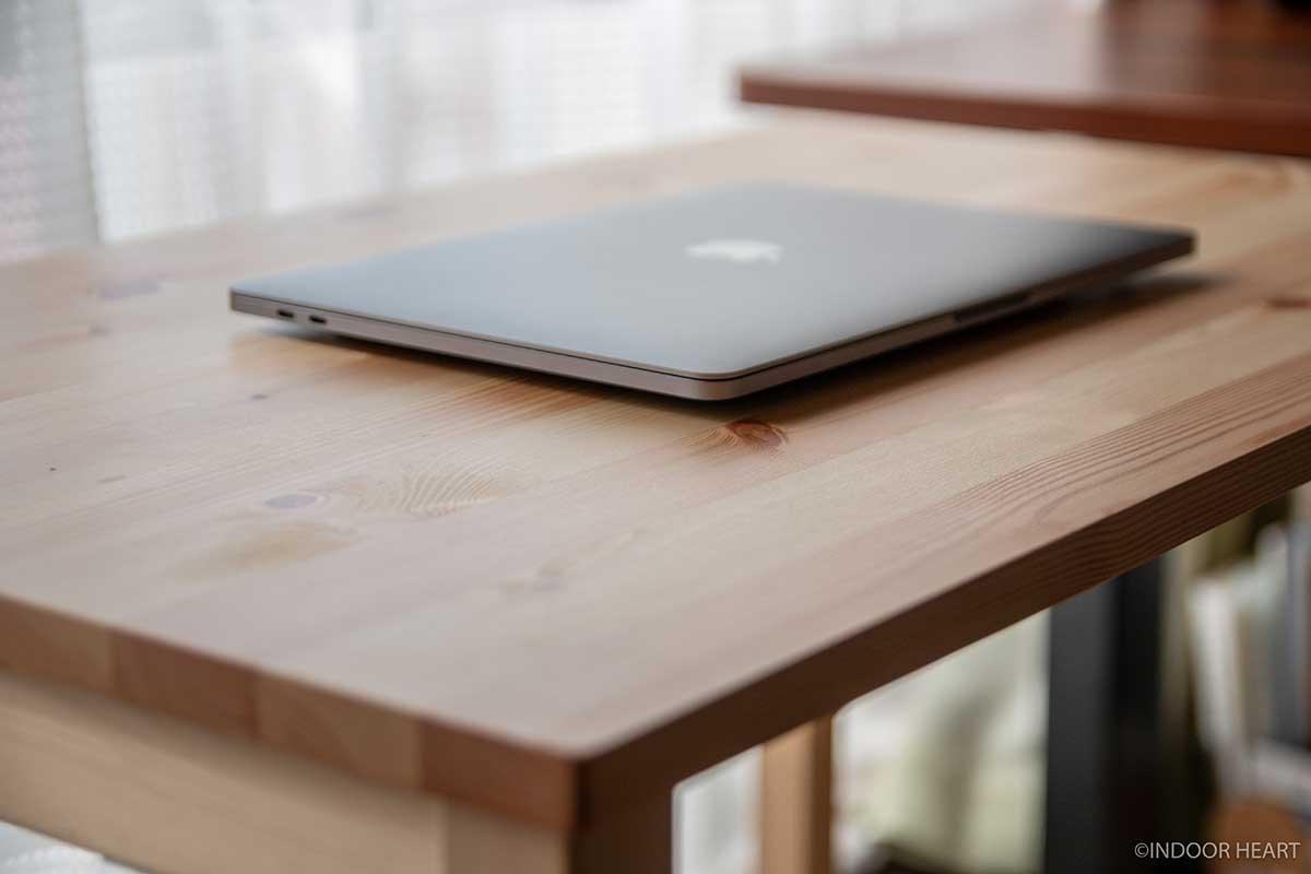 無印良品のパイン材テーブルとノートパソコン