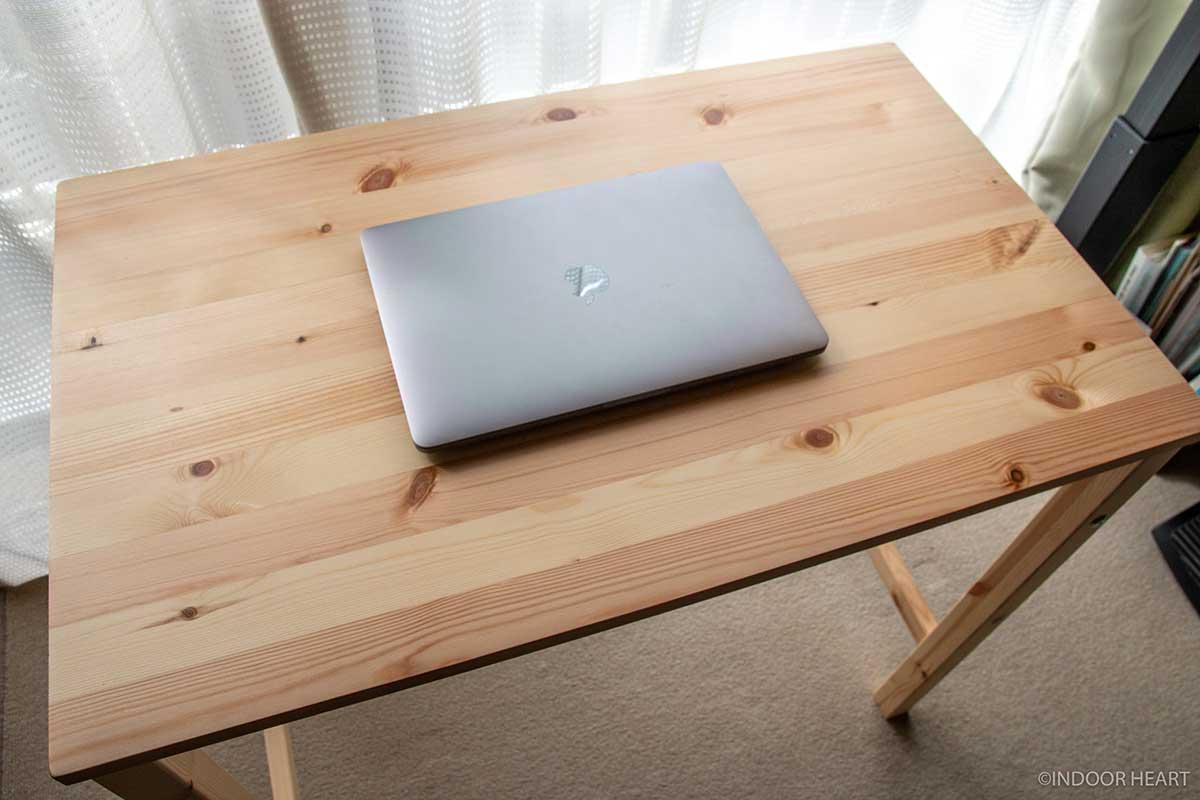 無印良品のパイン材テーブルにノートパソコンを乗せる