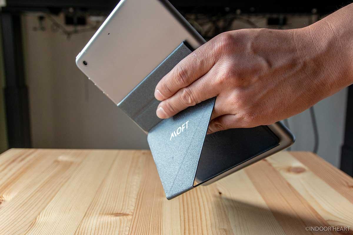 MOFT XでiPad miniを持つ