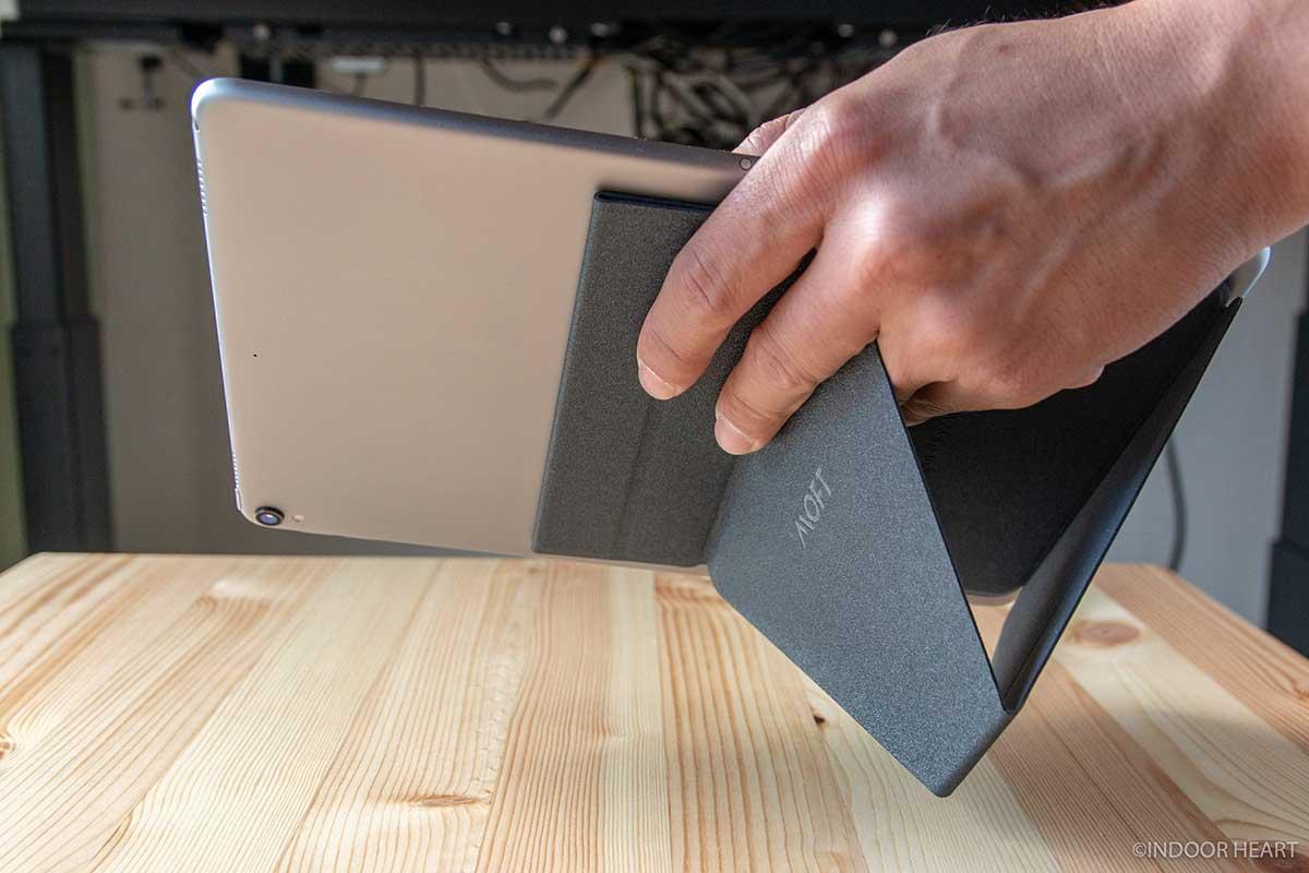MOFT XでiPad Proを持つ