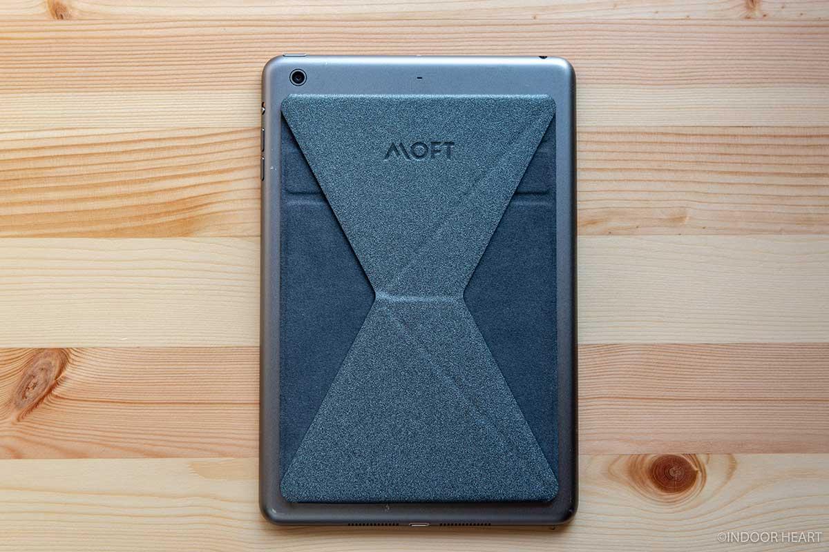 iPad miniにMOFT Xを貼り付け