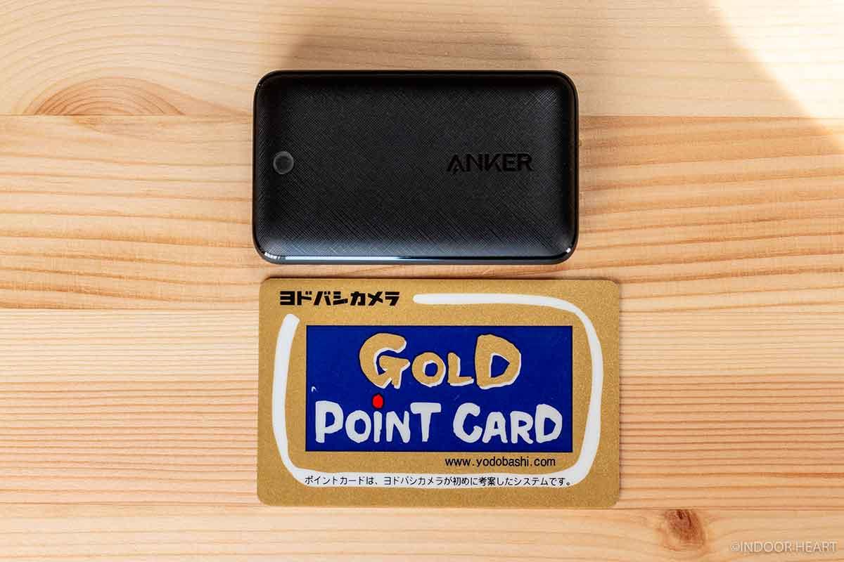 「Anker PowerPort Atom III Slimとカードのサイズ比較