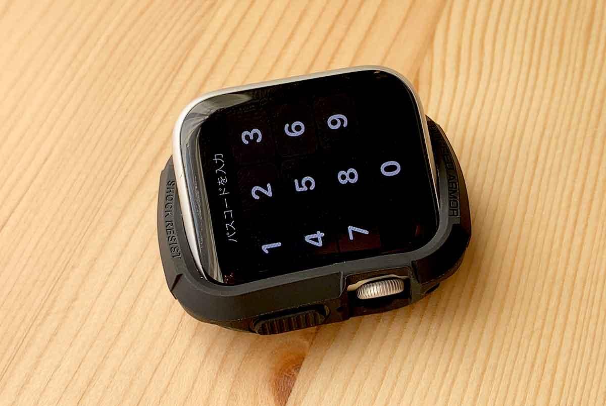 Apple Watchのボタン側からケースに入れる