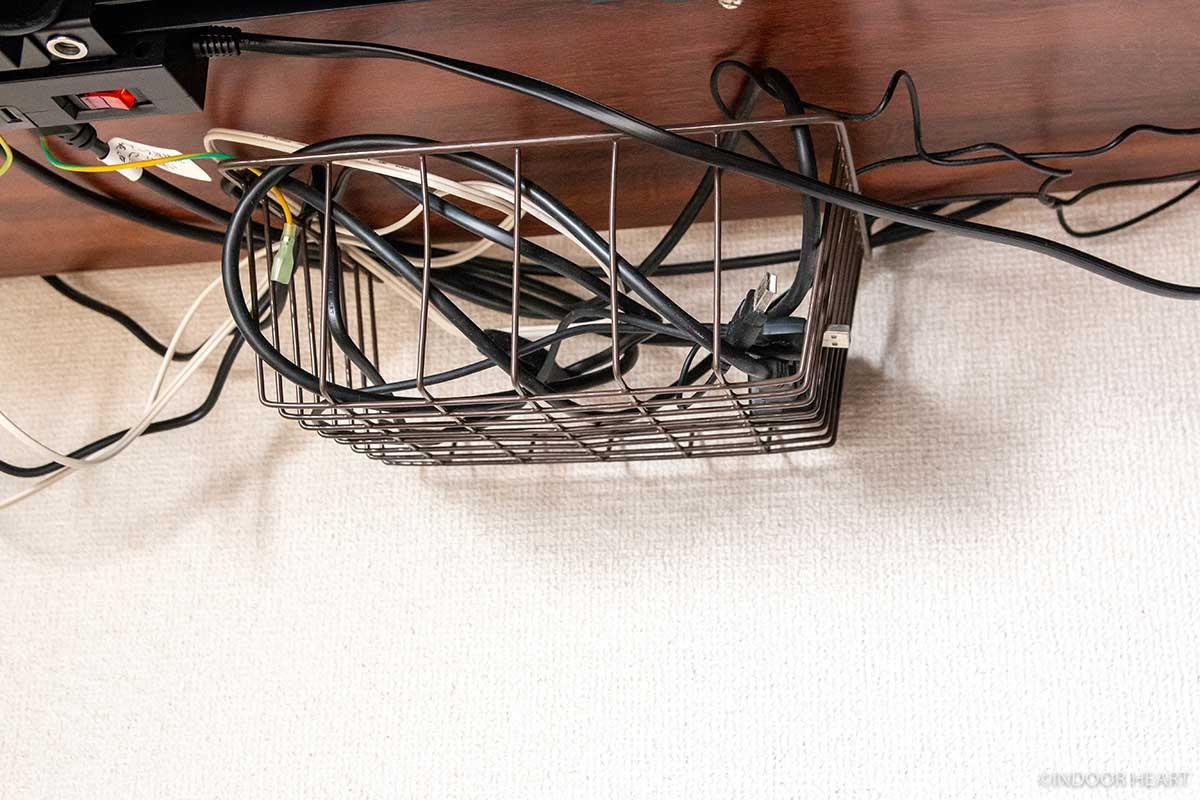 デスク周りのケーブルをまとめるカゴ