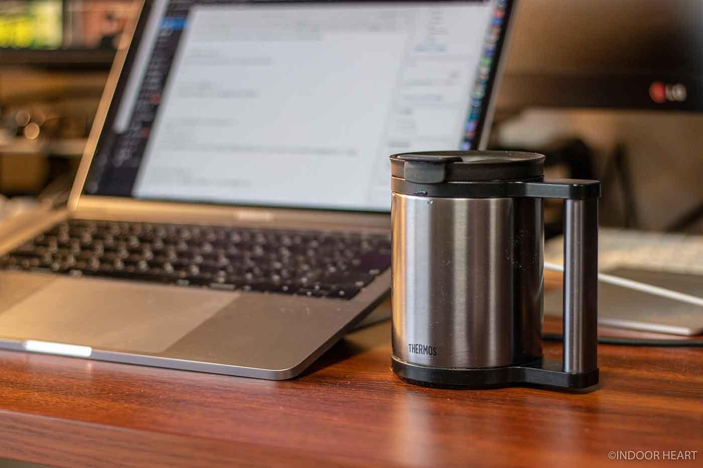 サーモスのマグカップとMacBook