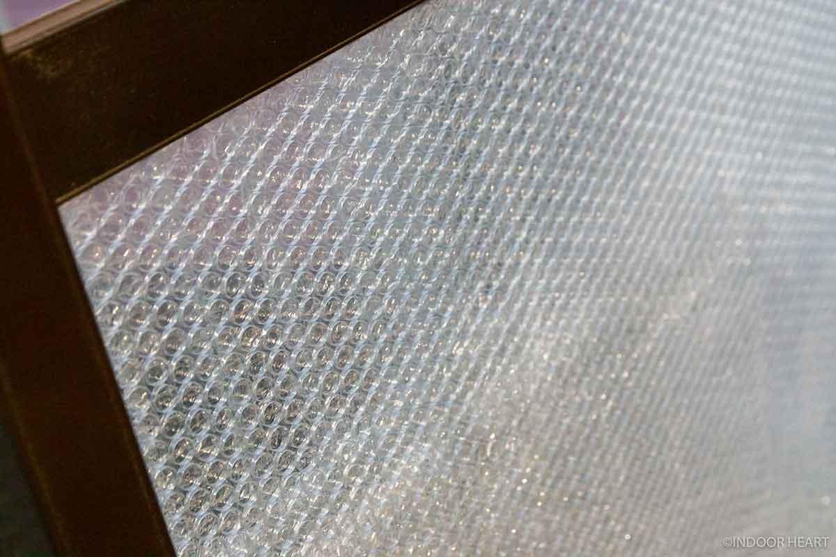 窓のプチプチの断熱材