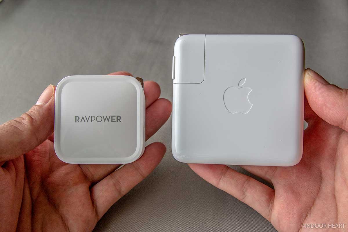 RAVPower充電器とMacBook Pro充電器の比較