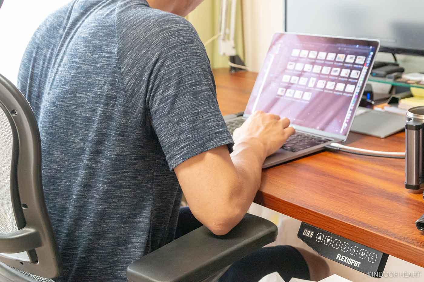ノートPC使用時の姿勢