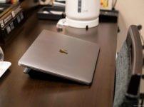 ホテルの机とMacBook