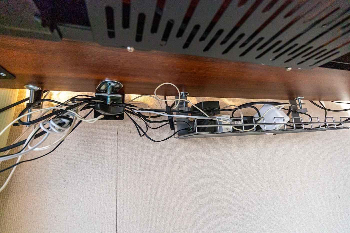ケーブルトレーでデスク配線を整理