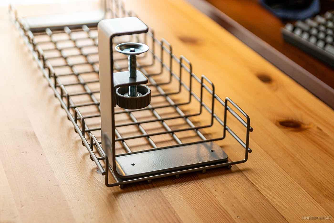 デスク天板に挟んで固定するクランプ