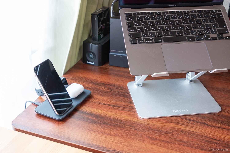 Ankerのワイヤレス充電器とデスク