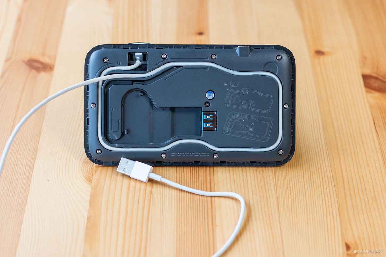 溝にApple Watch充電器のケーブルを入れる