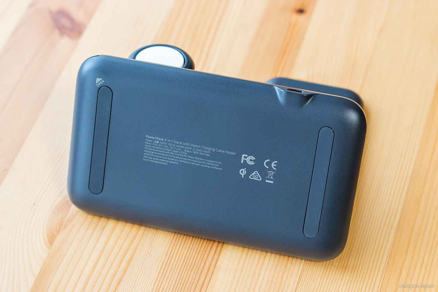 「Anker PowerWave+ Pad with Watch Holder」の底面