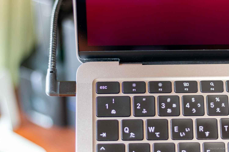 MacBook AirとL字USB-Cケーブル
